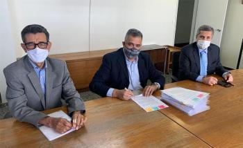 Assinatura de acordos garantem pagamentos das verbas negociadas. Lourenço Ferreira do Prado (CONTEC) (E), Sergio Luiz da Costa (FEEB-GO/TO e SEEB-Goiás) (C),  e Adauto de Oliveira Duarte (FENABAN) (D)